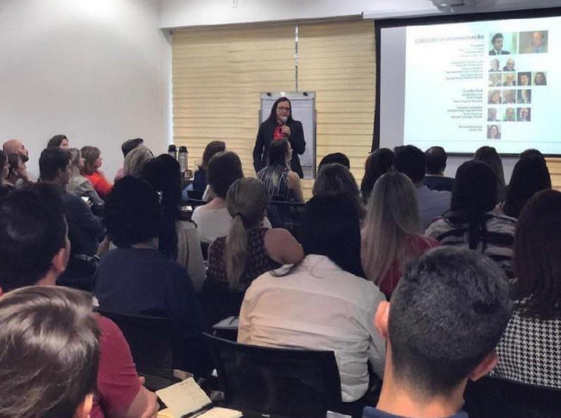 """Diretoria Executiva do ICOS Denise Rodrigues Eloi ministra a palestra """"Novos modelos em gestão de saúde"""" durante evento da Qualirede"""